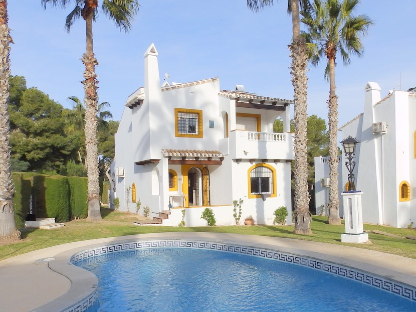 This stunning 3 bedroom, 3 bathroom front line golf detached villa is situated on a small, very wel,Spain