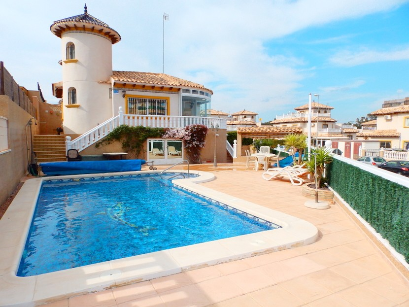 This very well presented 3 bedroom, 3 bathroom detached villa is located in Villamartin, close to t, Spain
