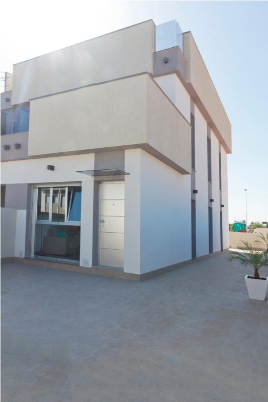 New semi detached houses located in a new and modern complex, only 700m away from the beach.On the ,Spain