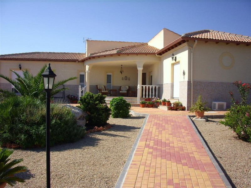 A superb opportunity to purchase a stunning luxury large modern detached villa located in the stunn, Spain
